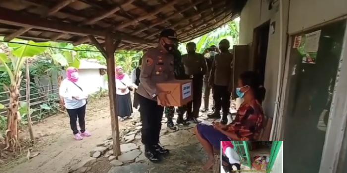 Kapolsek Ujungjaya Sedang menyerahkan Bantuan ke salah satu Warga kurang mampu di desa Cipelang